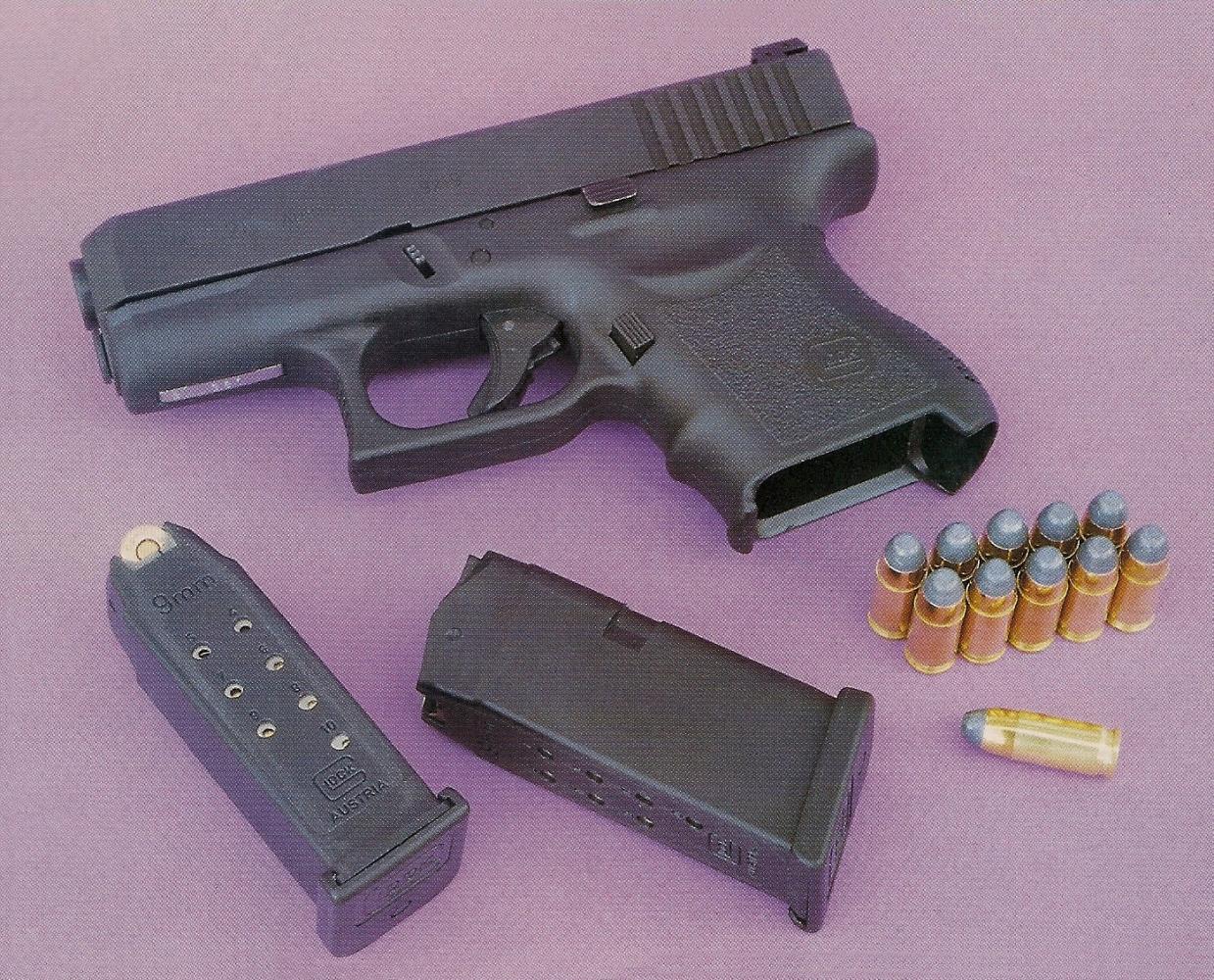 Le Glock 26 est un pistolet ultra-compact de type « back-up » chambré en calibre 9 mm Parabellum. Il est livré avec deux chargeurs de 10 coups.