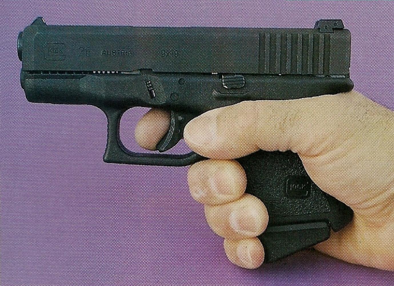 Le Glock 26 offre une prise en mains tout à fait convenable malgré sa poignée très courte. L'emploi d'un talon de chargeur oblique permet de placer l'auriculaire.