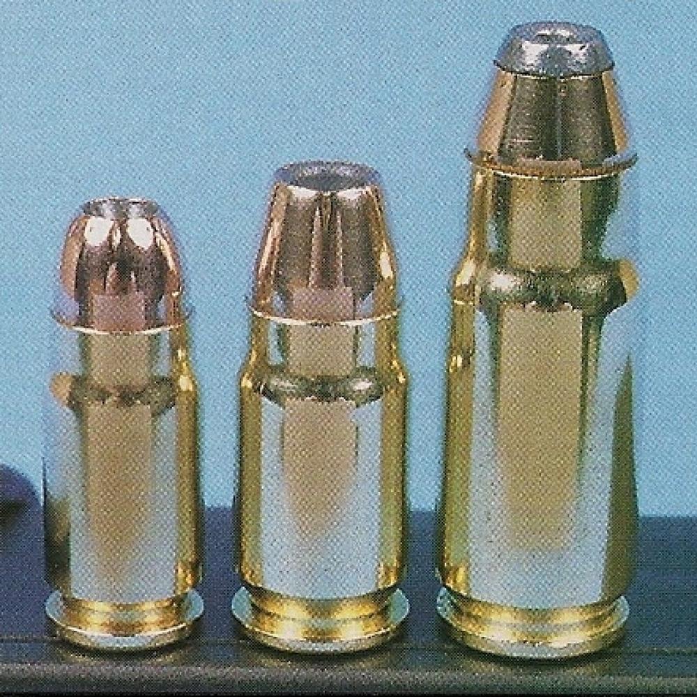 La .357 SIG est la cadette d'une nouvelle famille de cartouches à collet rétreint, ses deux grandes soeurs étant la .400 Cor-Bon (au centre) et la .440 Cor-Bon (à droite).