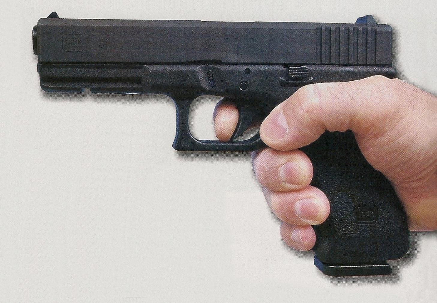 La prise en mains du Glock 31 (standard) est améliorée par la présence de reliefs ergonomiques. Notez l'apparition d'un rail, à l'avant de la carcasse, pour la fixation d'accessoires optionnels.