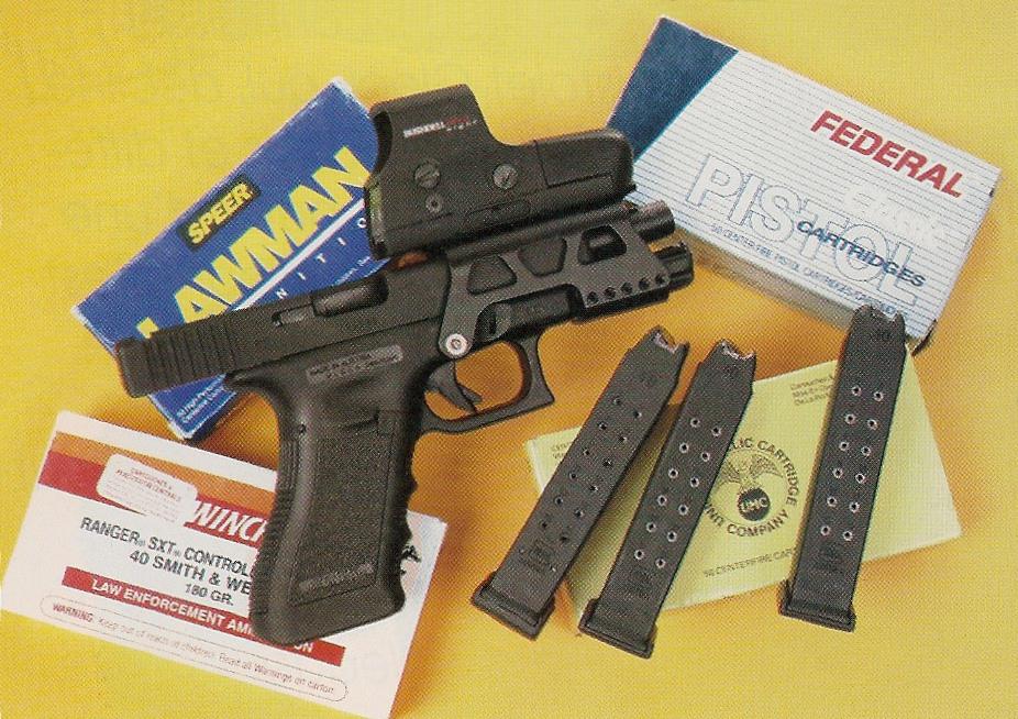 L'arme, accompagnée de ses chargeurs et des boîtes de cartouches manufacturées que nous avons utilisées pour les essais.
