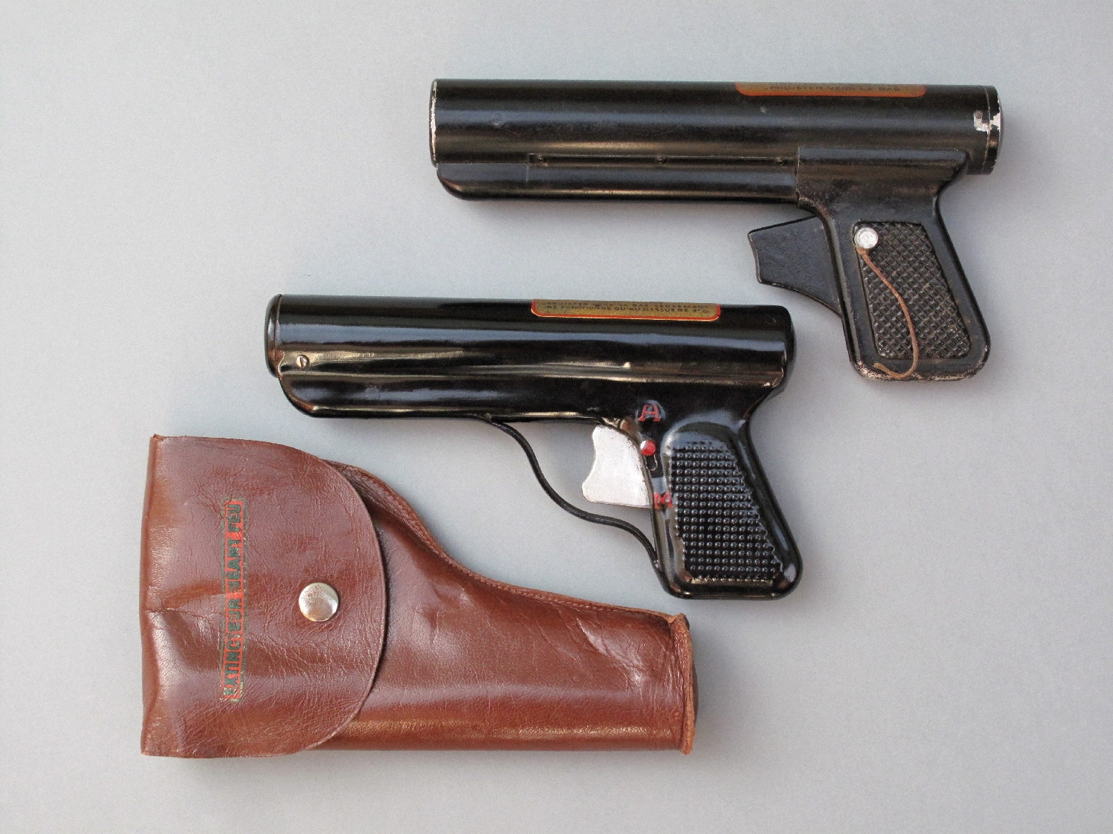 La maison française Néant-Feu a fabriqué, à compter des années 1940, un pistolet extincteur au bromure de méthyle qui a été successivement construit en bakélite, en aluminium et en tôle d'acier.