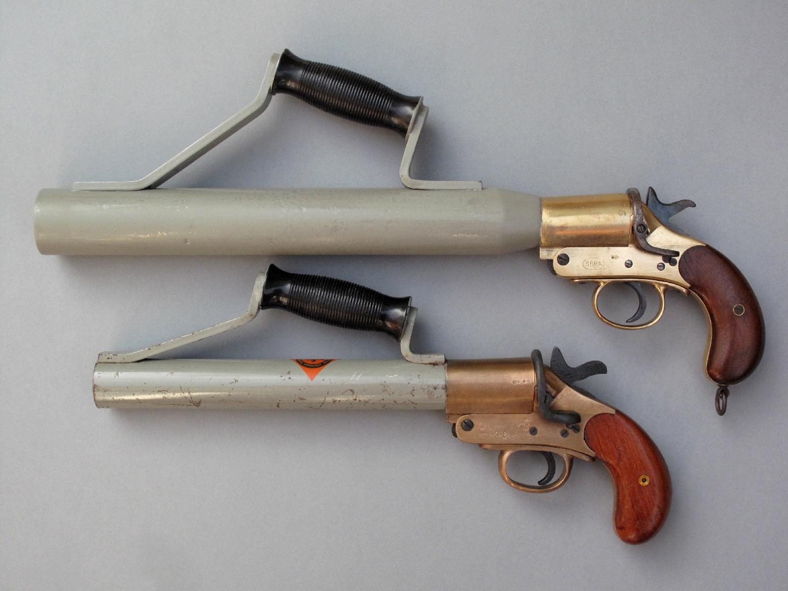 Il existe une très grande variété de pistolets lance-amarres Schermuly, qui diffèrent notamment par la taille du tube qui peut être de 32, 42 ou 52 mm de diamètre intérieur.