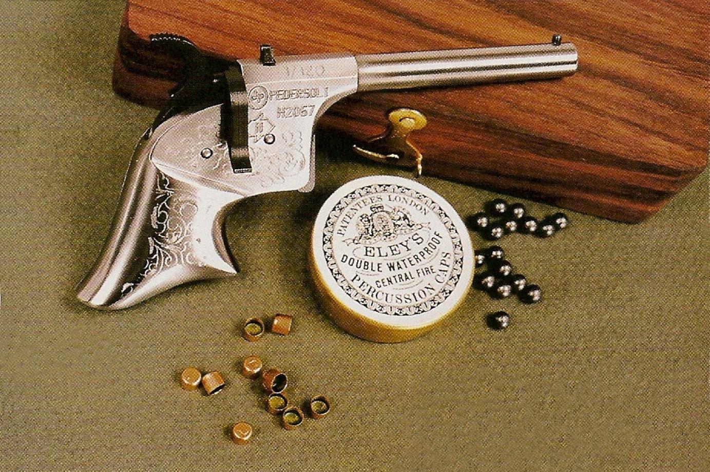 Une finition luxueuse, le pistolet étant gravé et présenté dans un petit coffret en noyer massif, est proposée uniquement en série spéciale au tirage très limitée (120 exemplaires pour la France).