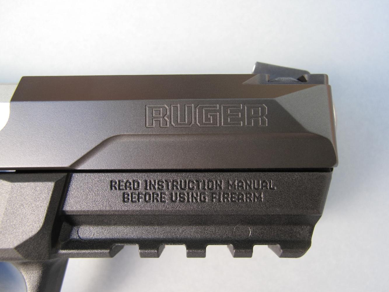 Le nom commercial de son fabricant, la firme américaine Sturm, Ruger & Co, de même que les habituels avertissements liés à la sécurité d'utilisation dont clairement visibles de chaque côté de l'arme.