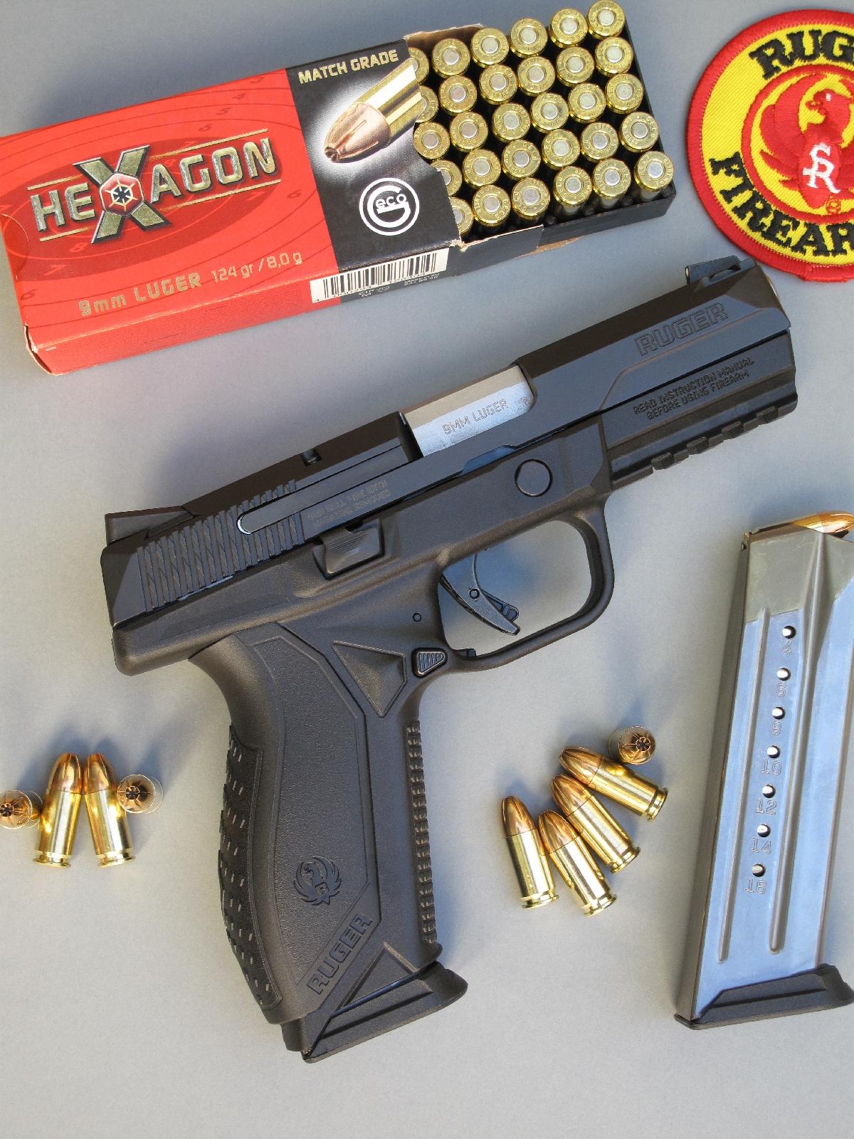 Sur le plan ergonomique, le Ruger American Pistol se démarque essentiellement par sa poignée munie de dos interchangeables, son arrêtoir de culasse et son bouton-poussoir de déverrouillage de chargeur qui sont tous deux ambidextres.