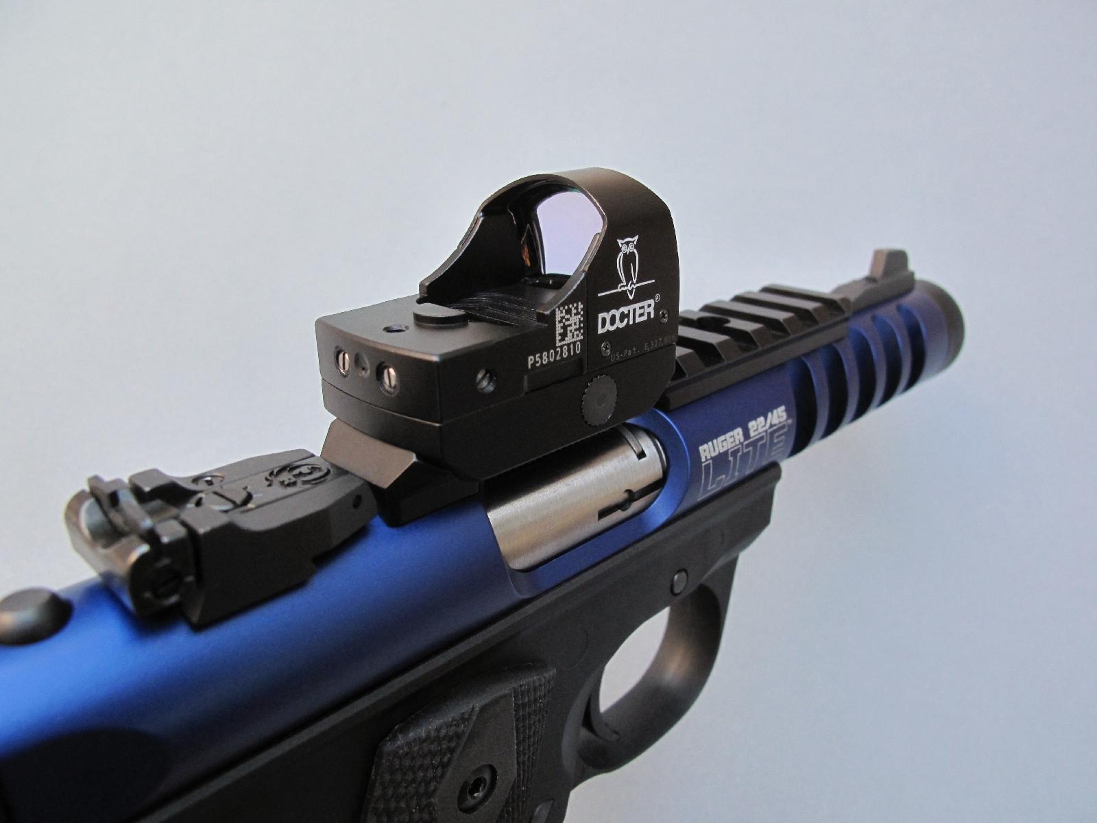 Equipé d'une platine dédiée permettant sa fixation sur un rail Picatinny, le Docter peut être instantanément installé sur un pistolet Ruger 22/45 Lite où il présente l'intérêt de n'apporter qu'un supplément de poids négligeable, de l'ordre de 50 grammes.
