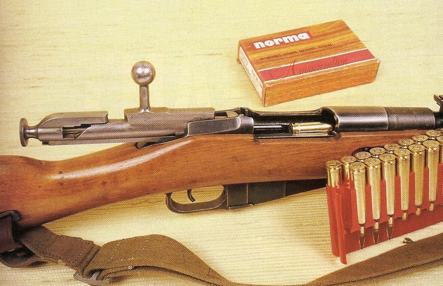 La carabine Mosin-Nagant modèle 1944 se démarque par la présence d'une baïonnette cruciforme rabattable. Réminiscence du passé, quand les armes étaient chargées par la bouche, une baguette de nettoyage est glissée dans le fût, sous le canon. Cette version « rechambrée » conserve intégralement son aspect et sa finition d'origine.