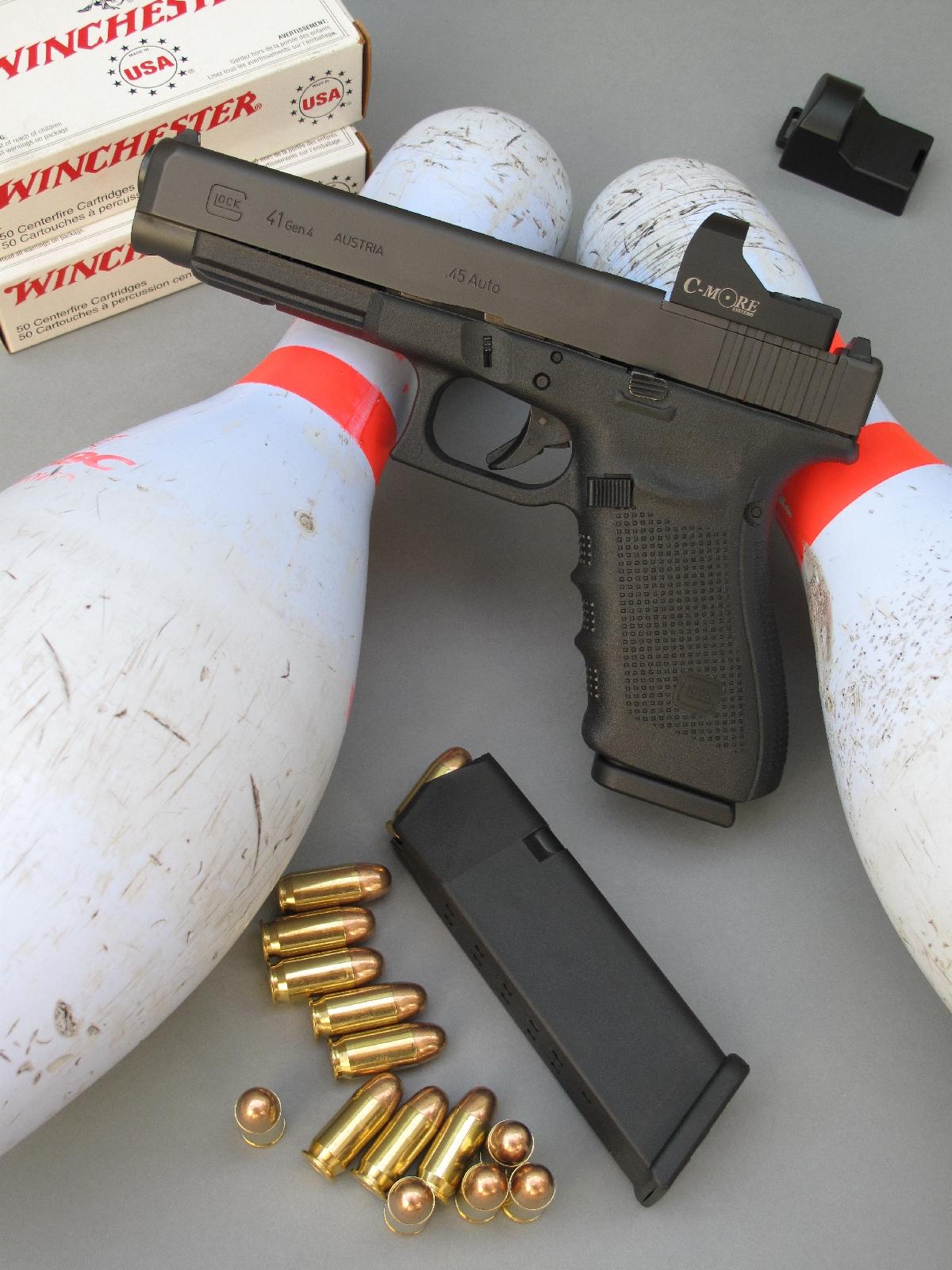Le pistolet semi-automatique Glock 41 MOS est équipé ici d'un viseur reflex « STS » de la firme américaine C-More Systems.
