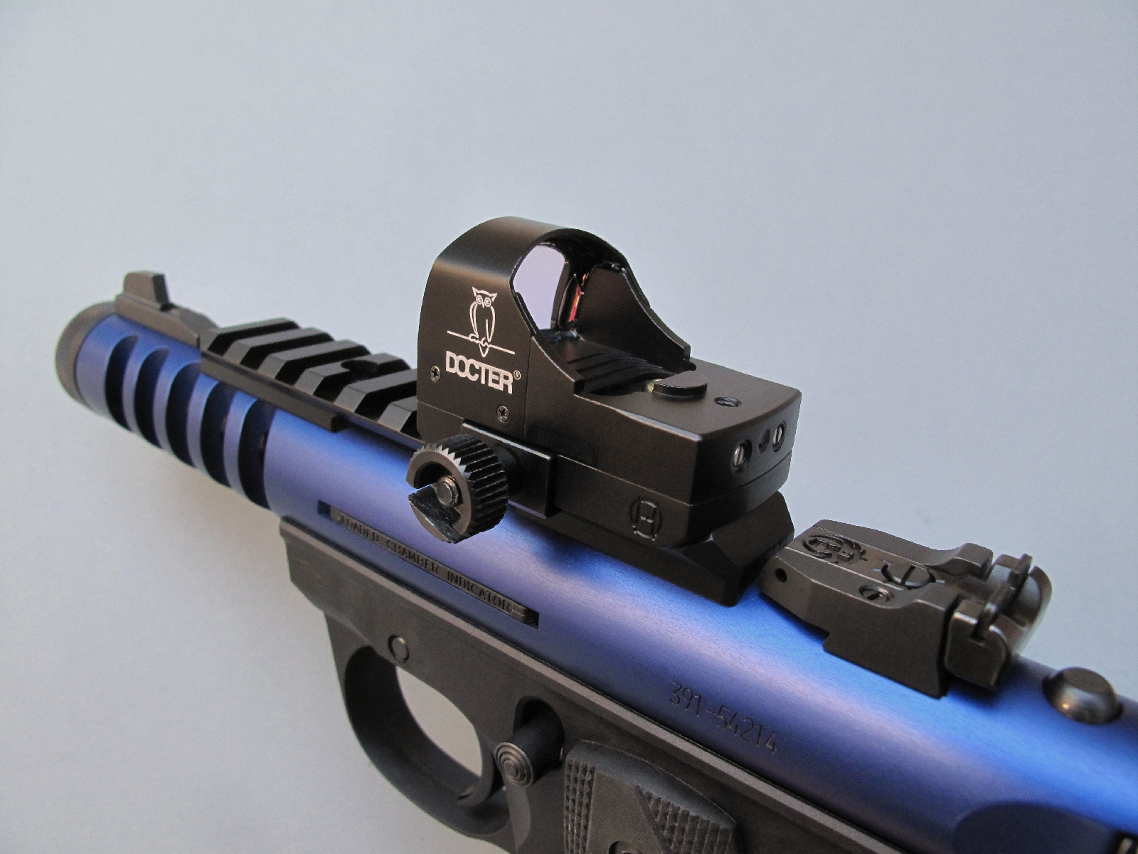 Equipé d'un montage à griffes permettant sa fixation sur le rail Picatinny du pistolet Ruger, le micro viseur DocterSight présente l'intérêt de n'apporter qu'un supplément de poids négligeable, de l'ordre de 50 grammes.