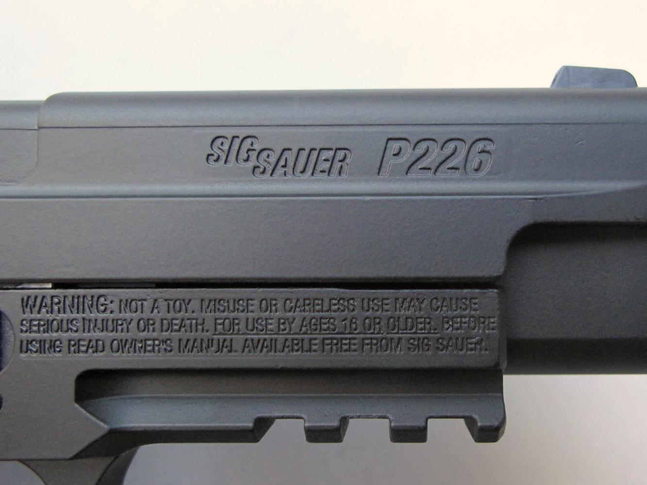 La désignation de la firme et du modèle figurent sur la culasse à glissière, tandis que les consignes de sécurité sont profondément gravées, par moulage, sur le flanc droit de la carcasse.