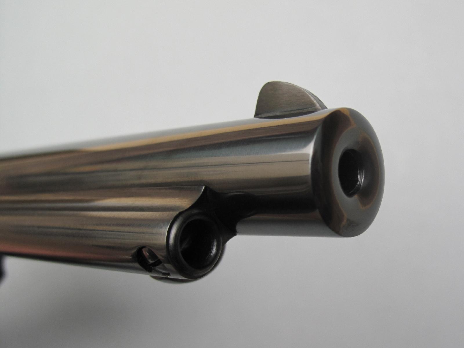 Cette vue de la bouche du canon permet de comprendre aisément pourquoi le forage en petit calibre, en l'occurrence du .22 dont le diamètre est de 5,56 mm, augmente nécessairement le poids de l'arme.