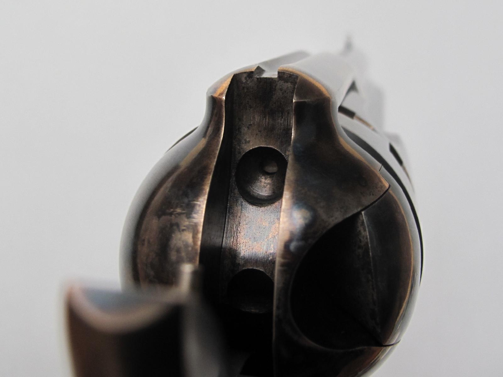 Observer le canal de percussion après avoir armé le chien s'avère être le seul moyen de vérifier si la chambre qui fait face au canon est vide ou si elle renferme une cartouche prête à être tirée.