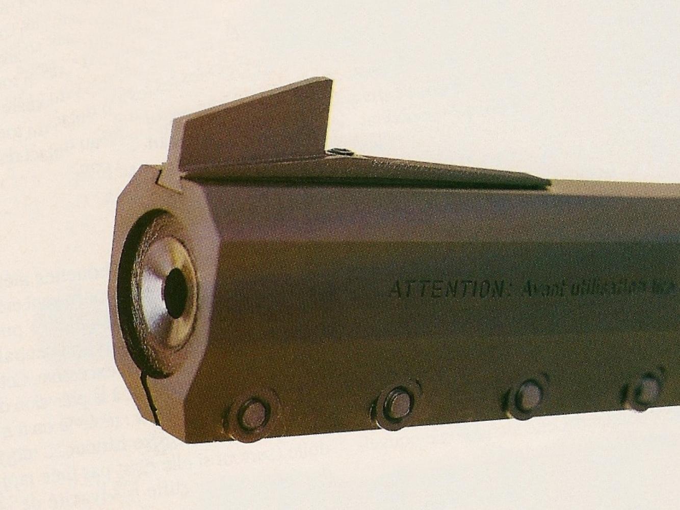 Son canon, en acier inoxydable, est enserré dans un fourreau d'alliage léger chemisé de plastique injecté dans le but est de réduire les vibrations et de mieux dissiper la chaleur.
