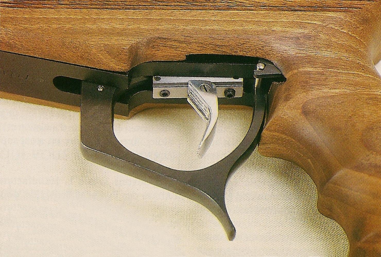 La queue de détente coulisse le long d'un rail afin d'être adaptée avec précision à la morphologie du tireur.