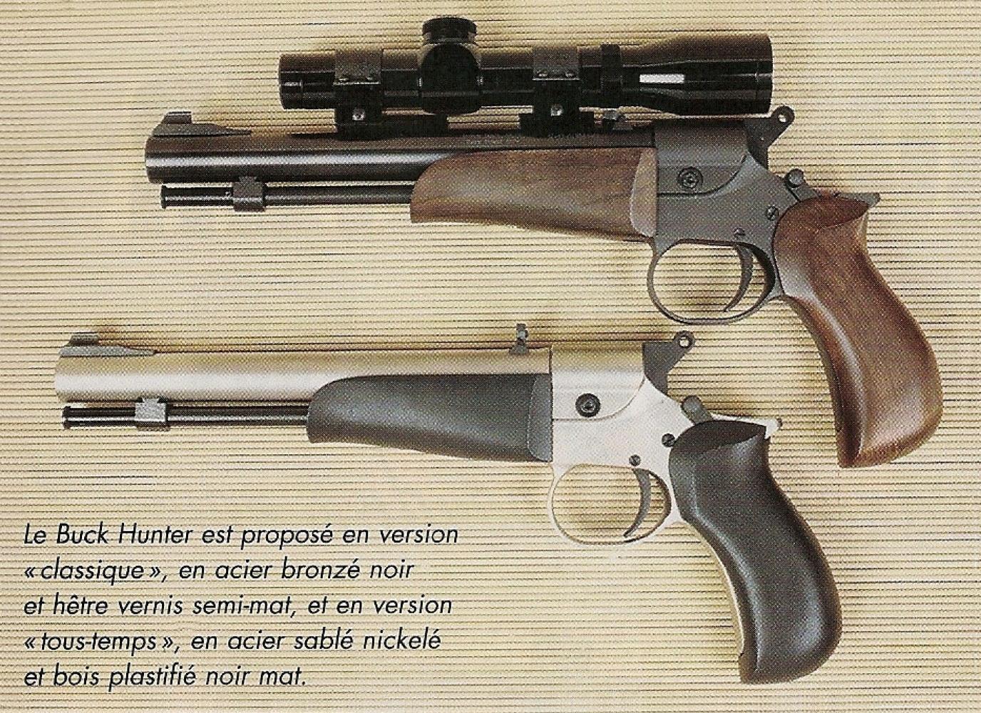 Le Buck Hunter est proposé en version « classique », en acier bronzé noir et hêtre vernis semi-mat et en version « tous-temps », en acier sablé nickelé et bois plastifié noir mat.