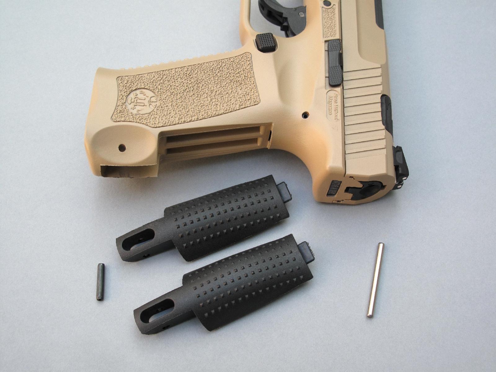 Ce pistolet est livré avec deux dos interchangeables, accompagnés par le petit axe en acier qui fera office de chasse-goupille pour cette opération.