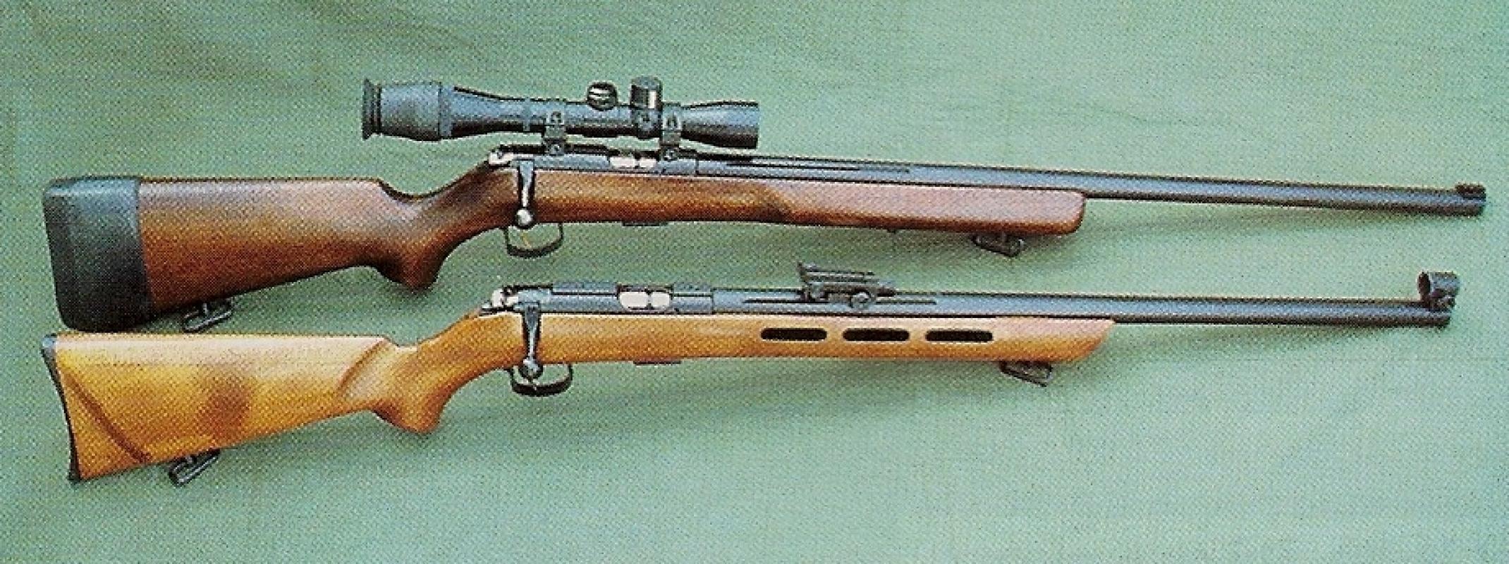 Comparaison entre le modèle qui nous a été confié et un modèle militaire qui se différencie par un canon légèrement plus long (70 cm au lieu de 63), un fût large non ventilé et une détente recouverte d'une protection anti-corrosion. L'exemplaire photographié est muni d'une lunette Pilad 4 x 32.