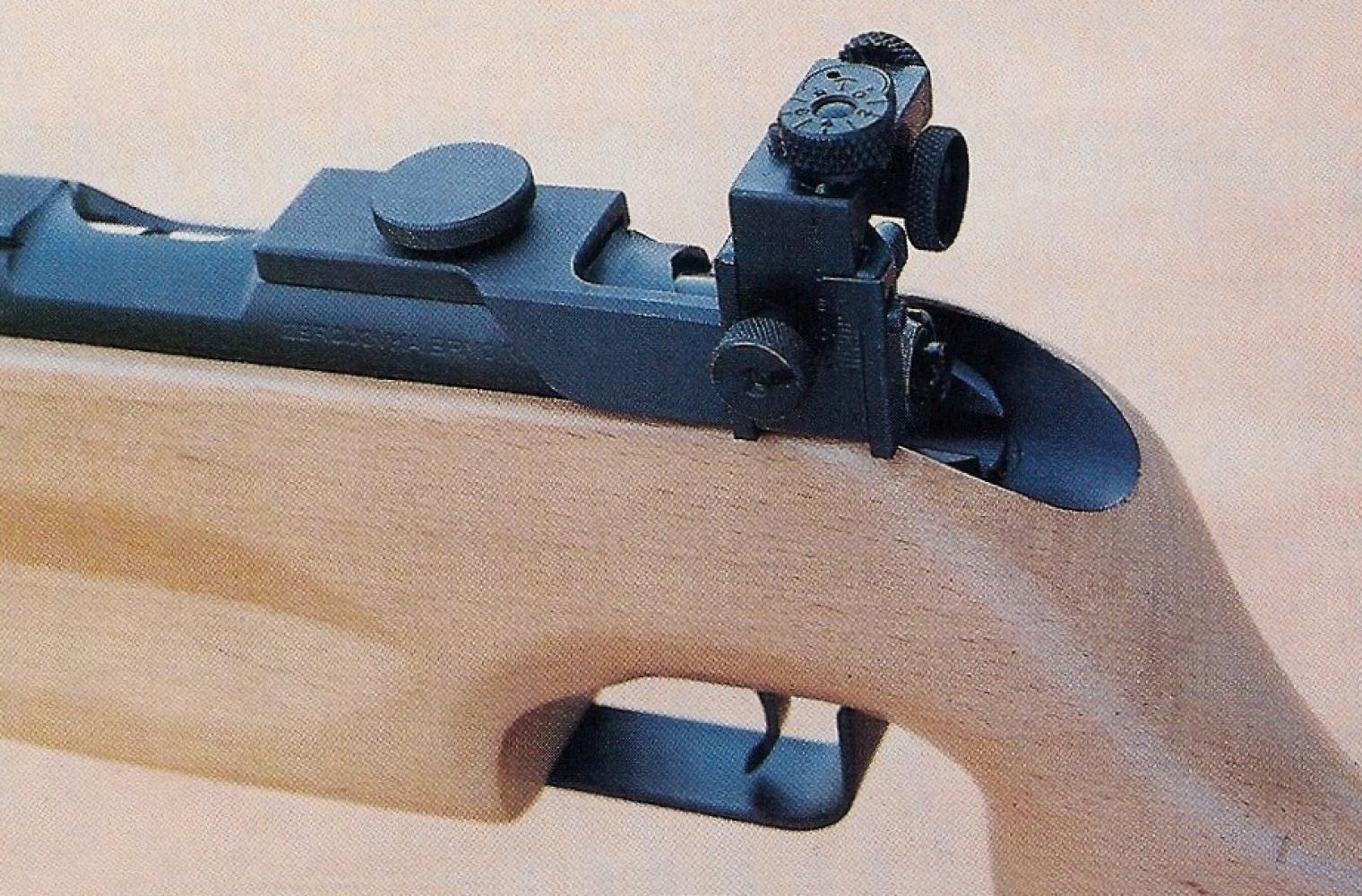 Le dioptre de précision est réglable sans outil, en site et en dérive, au moyen de deux grosses molettes crantées.