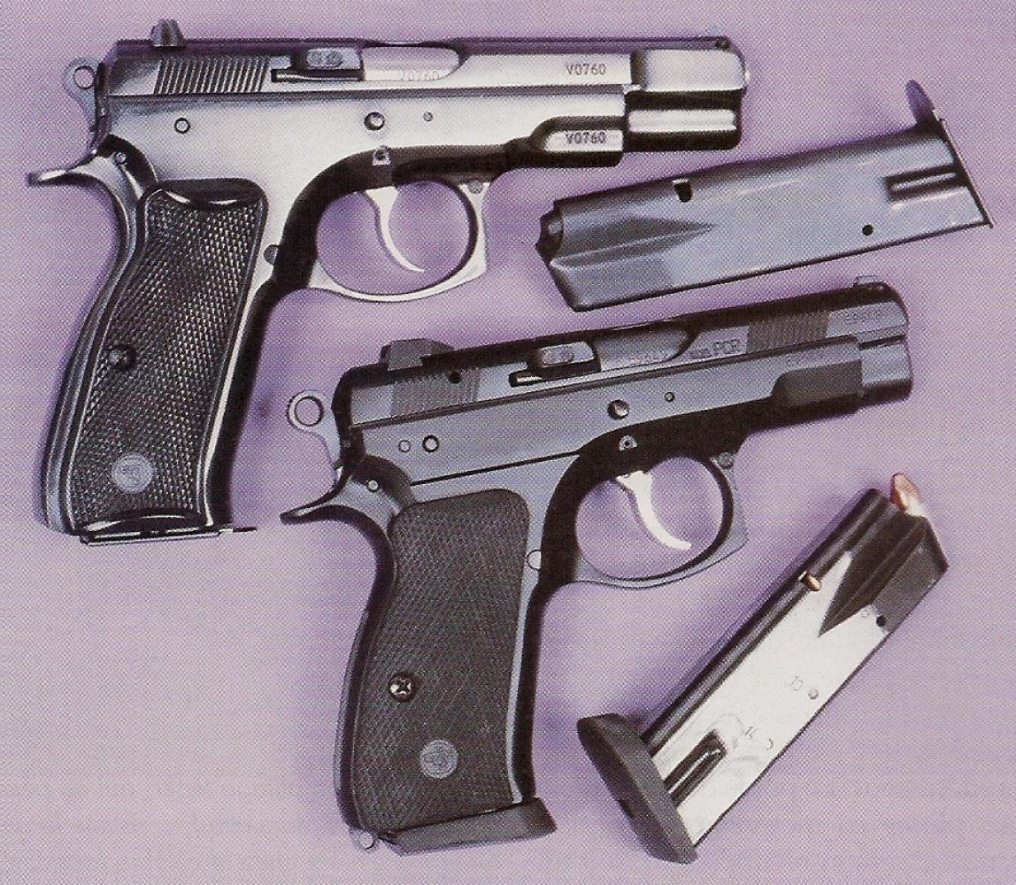Comparaison entre le nouveau CZ-75 D Compact, à finition « black polymer » et un ancien CZ-75 standard au bronzage bleu-noir brillant (au-dessus).
