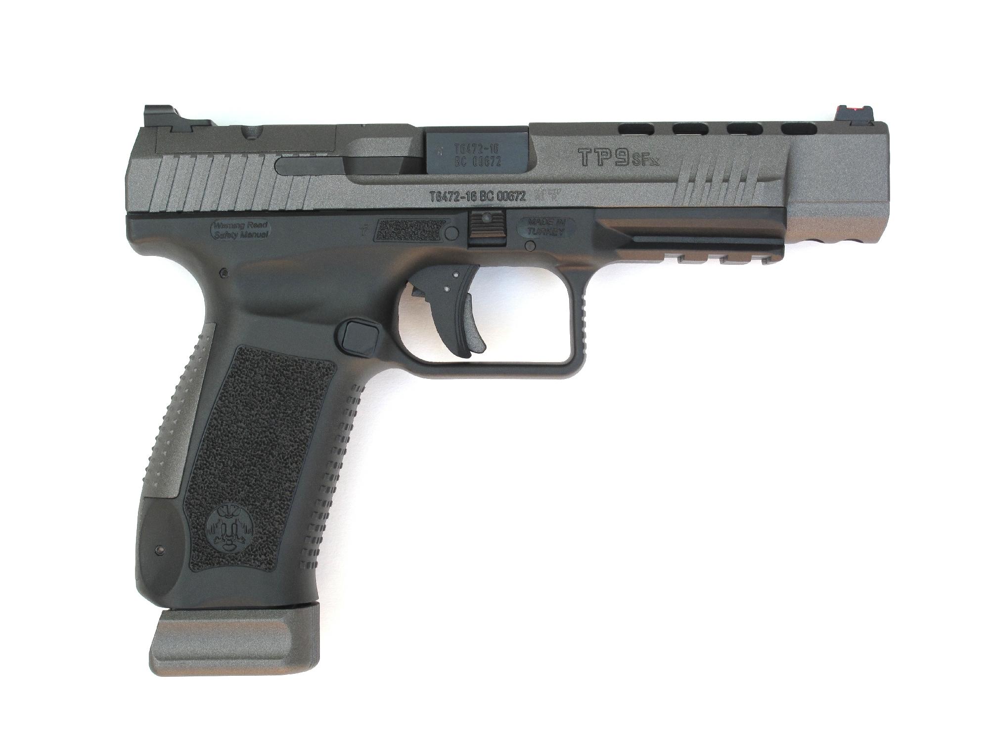 En l'absence de viseur optique, la partie supérieure de la culasse reçoit une platine en acier sur laquelle est installée à queue d'aronde une hausse signée par la firme américaine Warren Tactical.