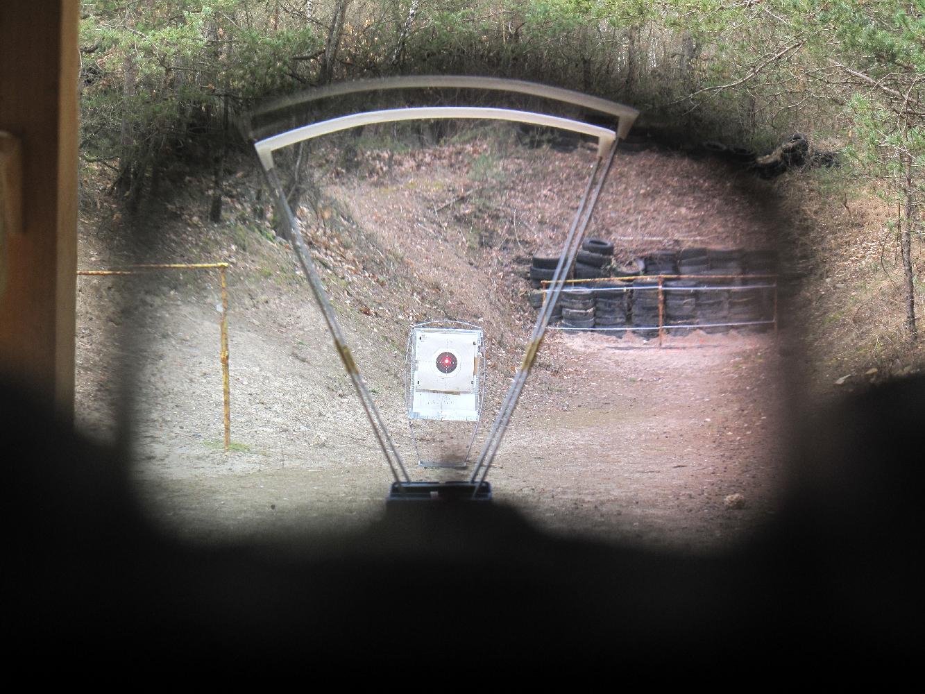 Le point rouge, qui est simplement projeté par le rayon laser sur la lentille du microviseur reflex, apparaît aux yeux du tireur sur le même plan focal que la cible, lui donnant l'impression qu'il utilise un pointeur laser capable d'émettre à grande distance.