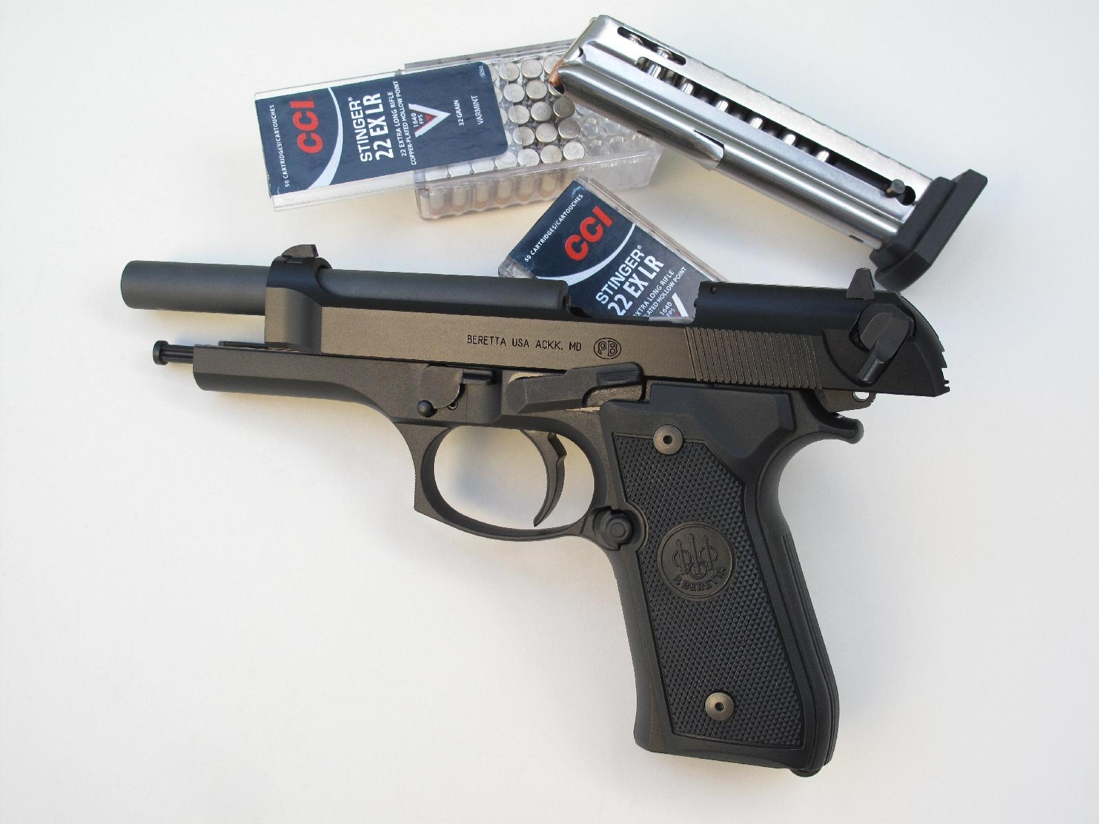 L'un des principaux attraits de ce pistolet semi-automatique à percussion annulaire réside dans la capacité de son chargeur qui accueille quinze cartouches emmagasinées sur une simple pile.