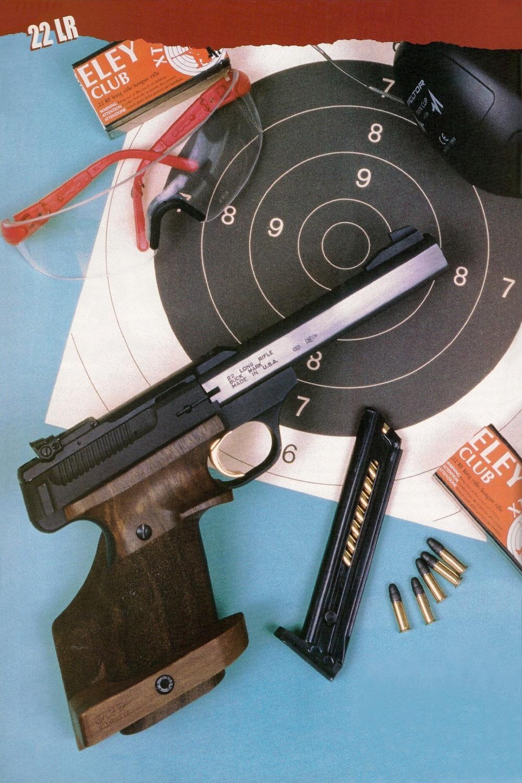 La poignée anatomique augmente le poids et les dimensions de l'arme dans des proportions non négligeables, mais elle apporte un gain considérable dans la précision des tirs effectués à bras franc.