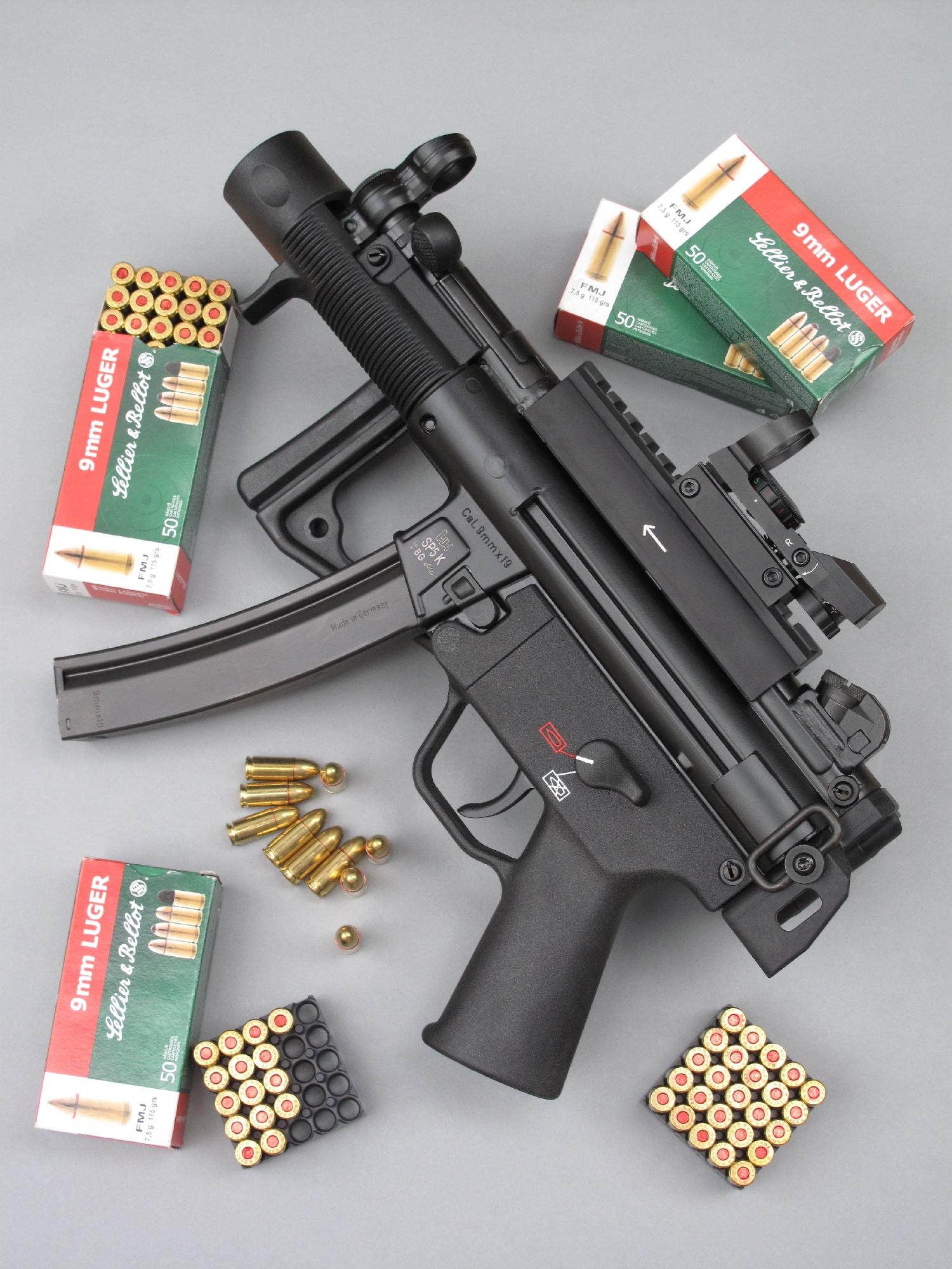 Dérivé du célèbre pistolet mitrailleur HK MP5, ce modèle SP5 K à usage civil se présente comme une carabine semi-automatique compacte, chambrée en calibre 9 mm Parabellum et alimentée par un chargeur de 30 coups.