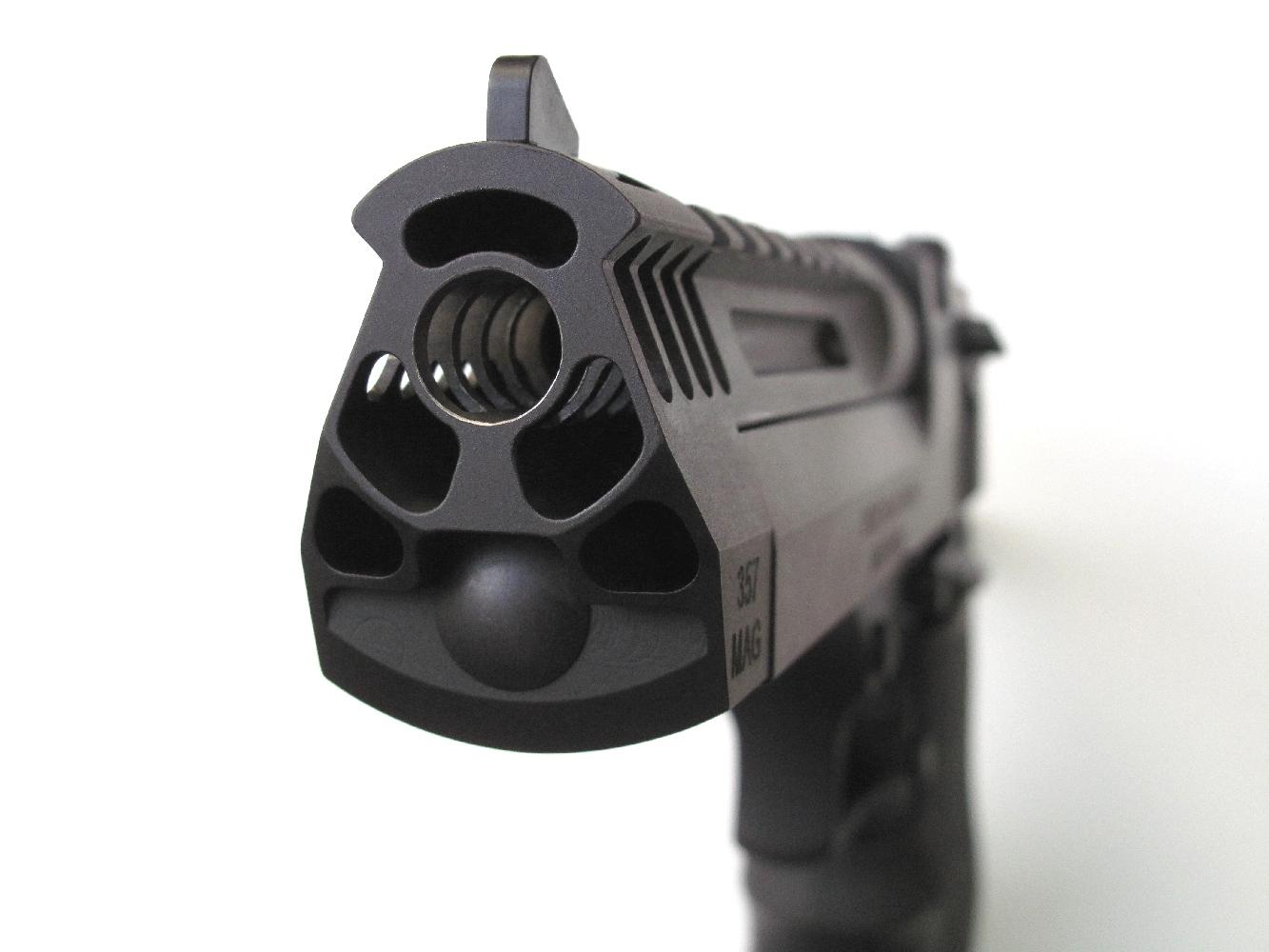 Ce modèle compact dispose d'un frein de bouche très largement directement usiné dans l'imposante masse d'acier de son canon.