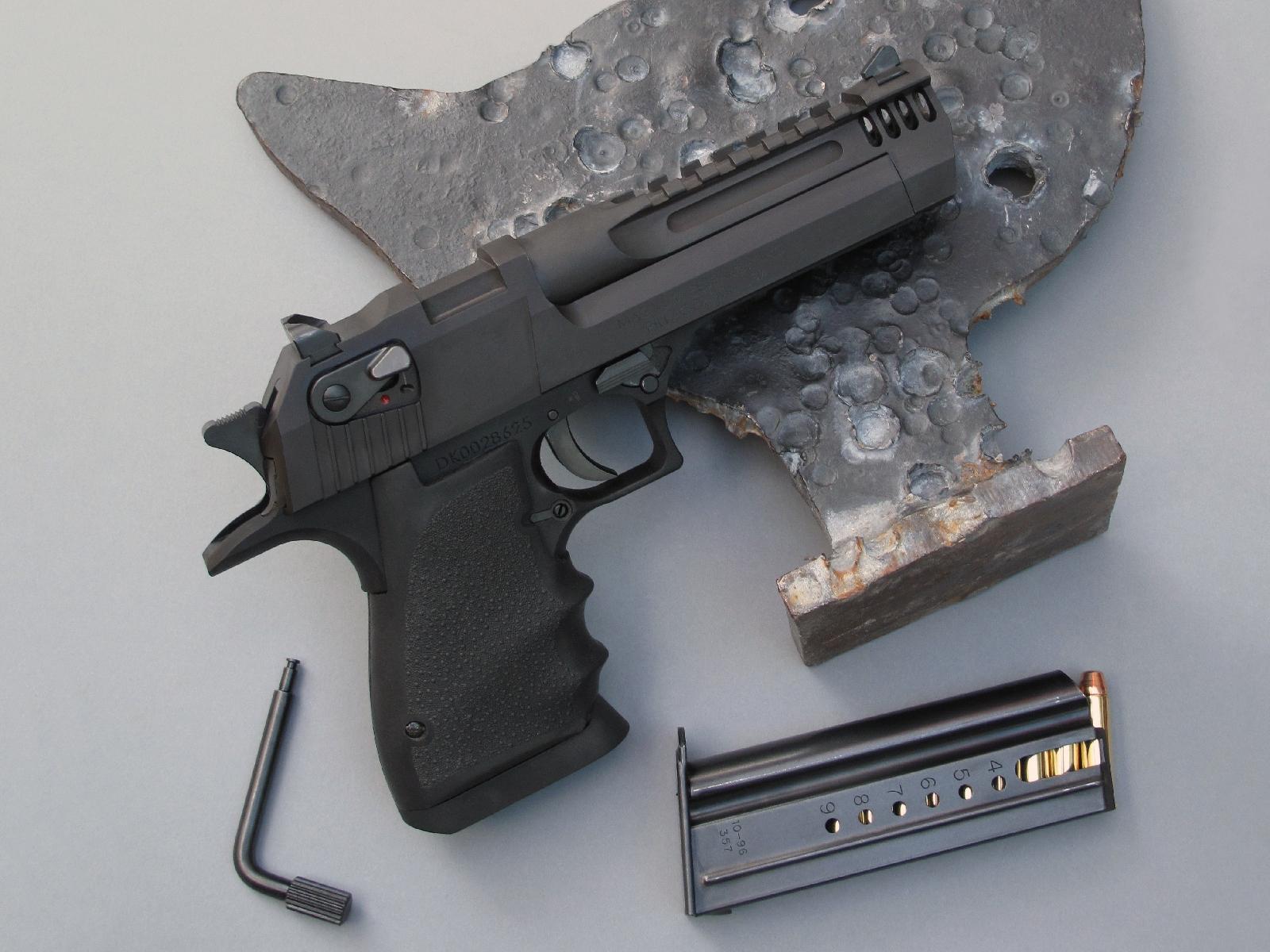 Le Desert Eagle est posé ici sur la silhouette du poulet, la plus légère et la moins éloignée des quatre silhouettes métalliques qui se tirent aux distances de 50, 100, 150 et 200 mètres avec des armes de poing de gros calibre. Conçu pour la chasse, ce pistolet est cependant inadapté à cette discipline du fait qu'elle ne comporte pas de catégorie spécifique, ce qui le met en concurrence avec des pistolets à un coup plus légers et plus performants pour le tir à longue distance.