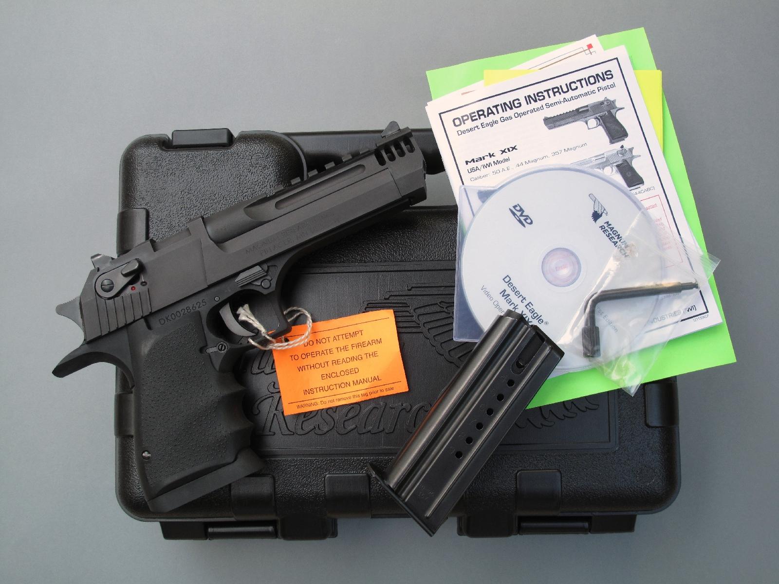 Ce pistolet est livré dans une mallette de transport de qualité correcte, accompagné par un seul chargeur, un mode d'emploi détaillé (livre + DVD) et un outil coudé destiné au curetage du cylindre dans lequel sont envoyés les gaz prélevés dans la chambre au départ du coup.