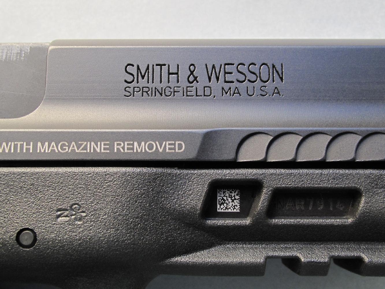 Le nom et l'adresse du fabricant sont profondément gravés sur le flanc droit de la culasse à glissière.