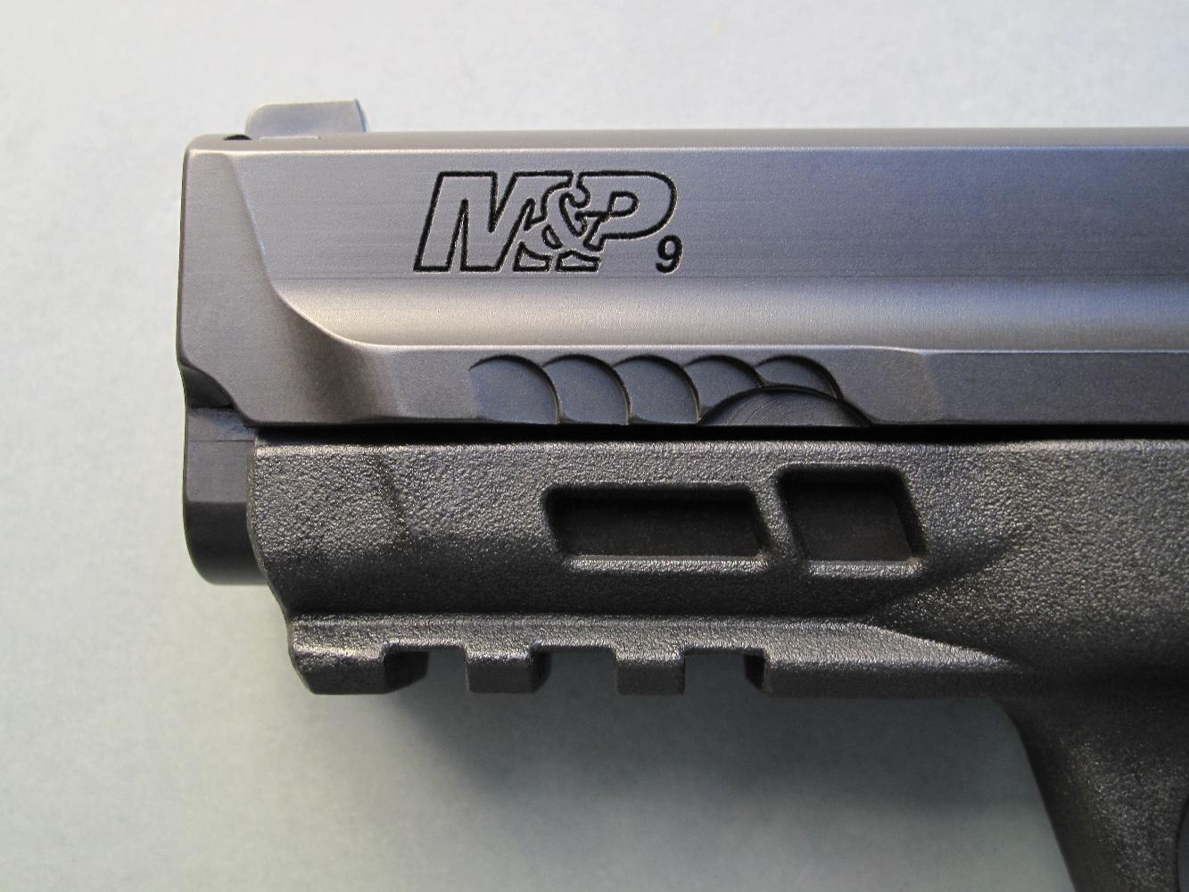 La dénomination du modèle est profondément gravée sur le flanc gauche de la culasse à glissière. On notera que la partie antérieure de la glissière bénéficie désormais de reliefs antidérapants réalisés au moyen d'usinages en arc de cercle.