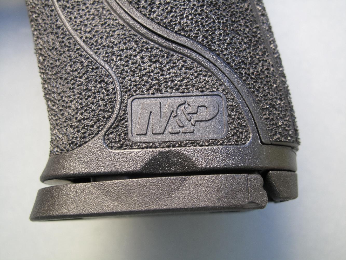 Le chargeur, dont le corps est en tôle d'acier, dispose d'un talon en polymère. On notera la présence de creux ergonomiques destinés à faciliter sa saisie dans le cas où une extraction manuelle s'avèrerait nécessaire.