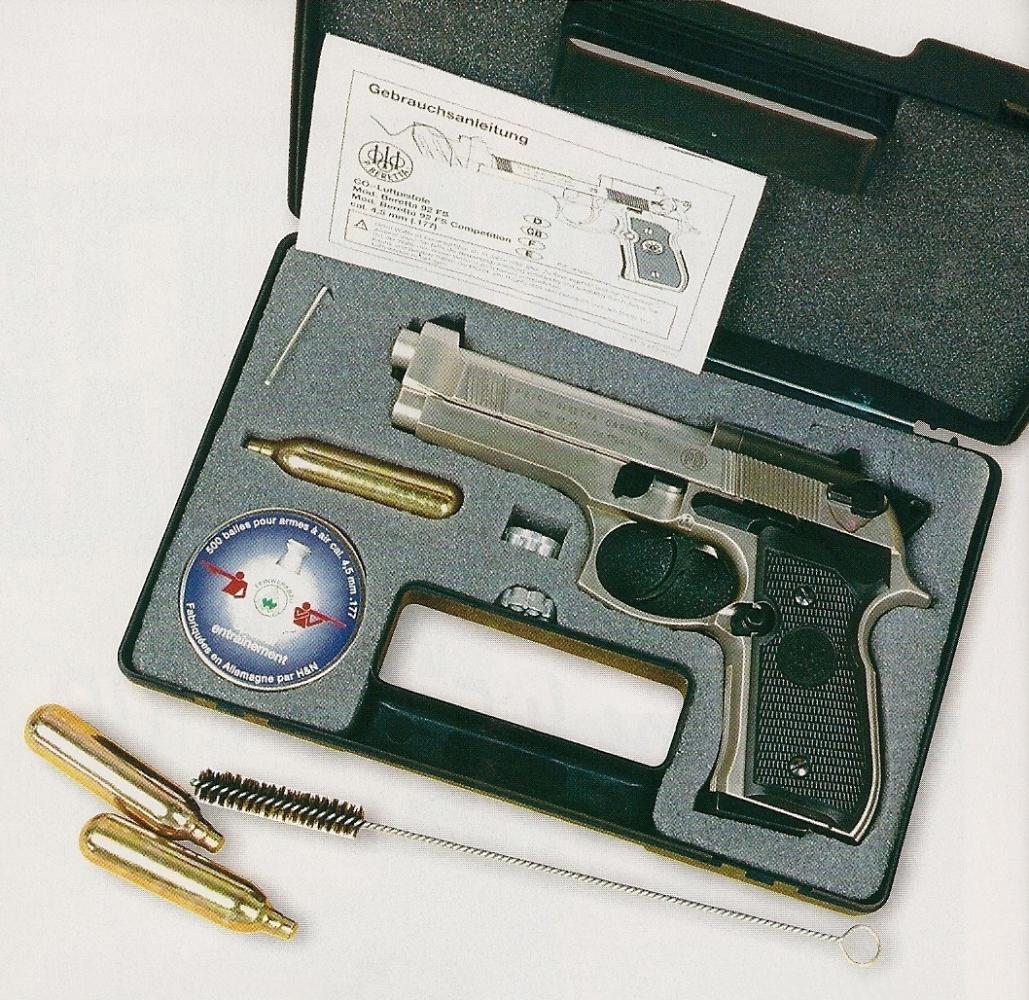Chaque pistolet est livré dans une mallette, accompagné de deux barillets et des accessoires nécessaires au nettoyage du canon et au réglage latéral de la hausse.