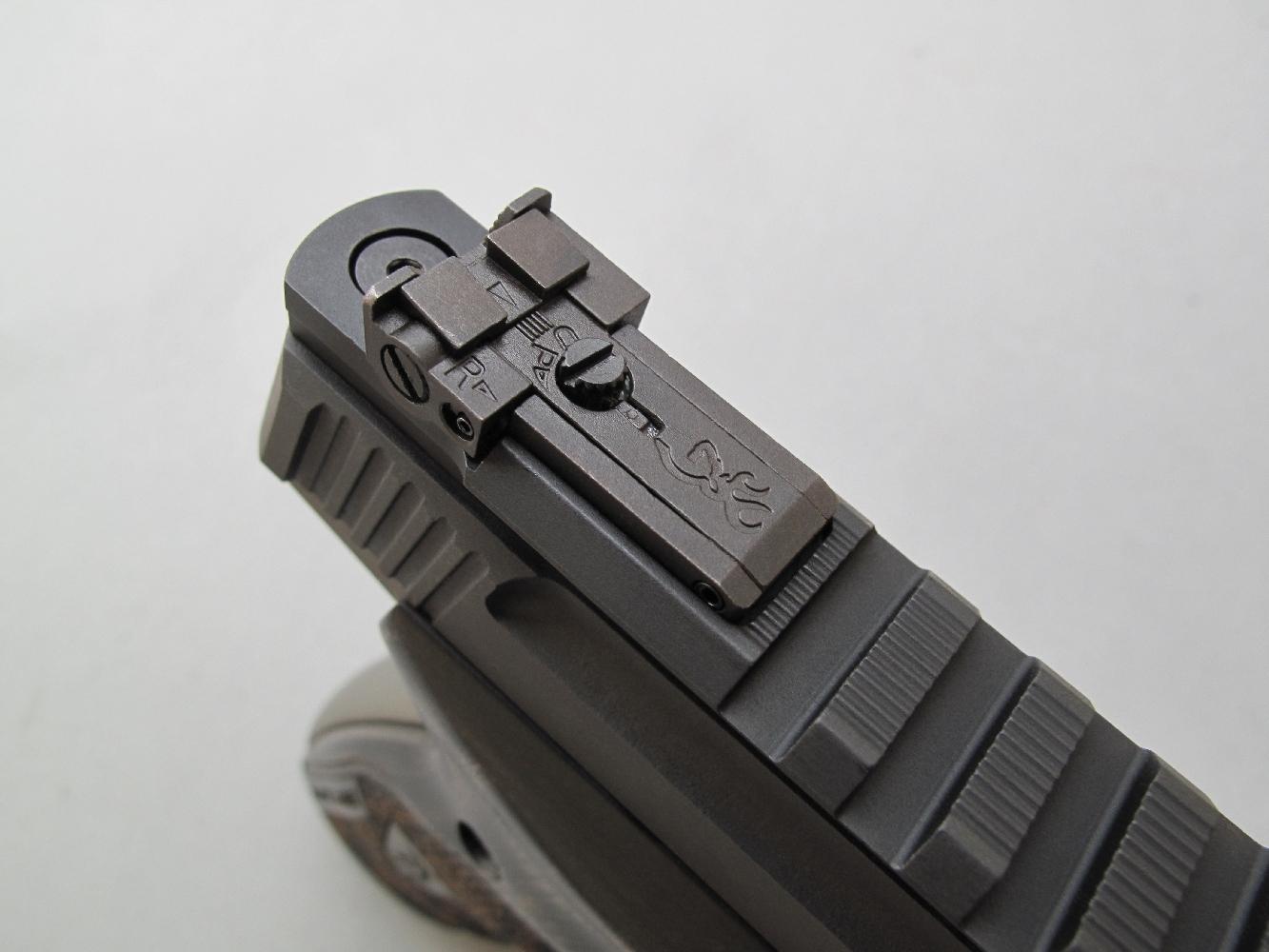 Les vis micrométriques, dont le sens de réglage est repéré par une flèche présentent, en site comme en azimut, des clics fermes et nettement audibles.