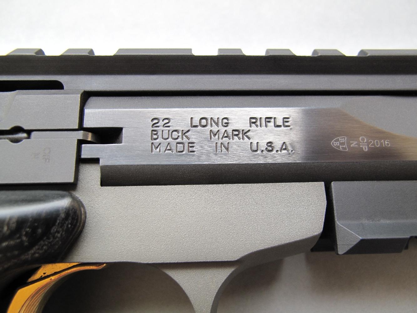Les principales indications concernant le calibre, le modèle et le pays d'origine, sont gravées sur le côté droit du canon où elles voisinent avec les différents poinçons du banc d'épreuve.