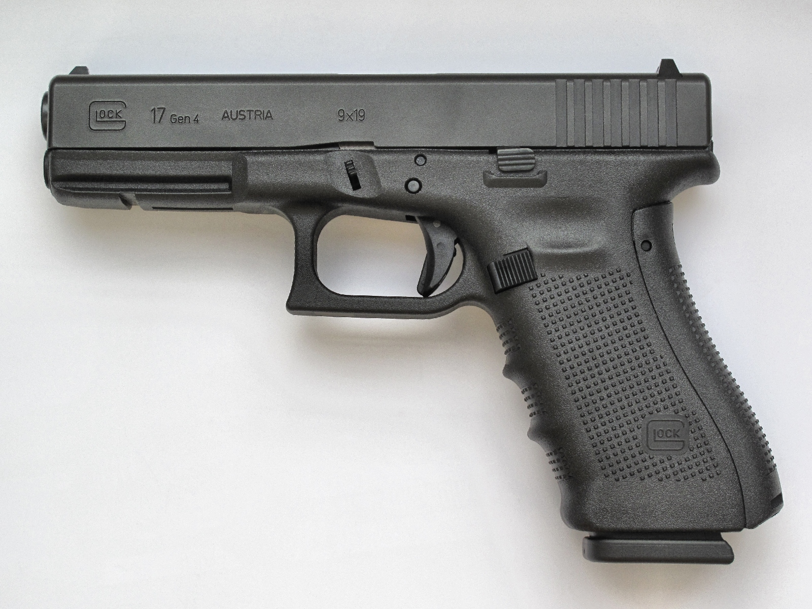 Il suffit d'observer la position (en arrière) de la queue de détente de ce pistolet Glock pour savoir que son mécanisme n'est pas armé, ce qui signifie qu'il n'y a pas de cartouche chambrée.