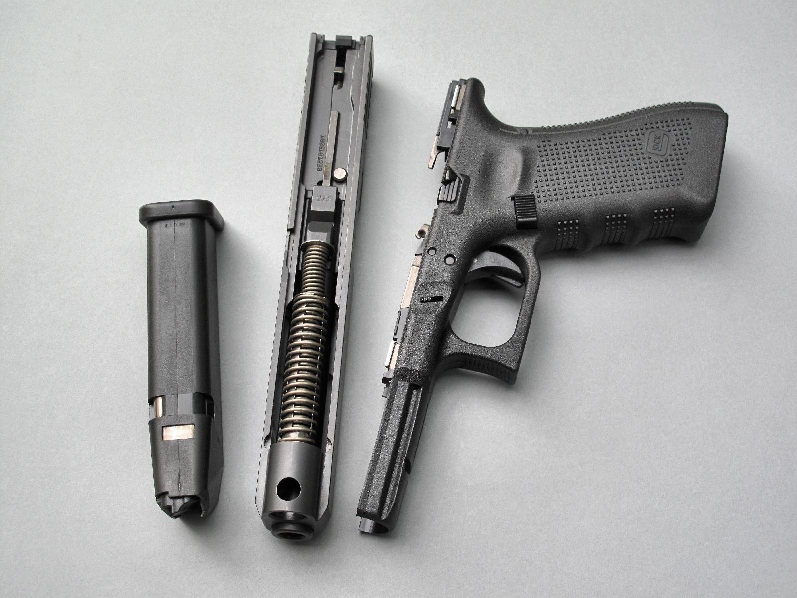 Le démontage sommaire d'un pistolet Glock, qui peut s'effectuer en quelques dixièmes de seconde, permet d'observer les principaux éléments de sécurité mis en œuvre par son système Safe Action.