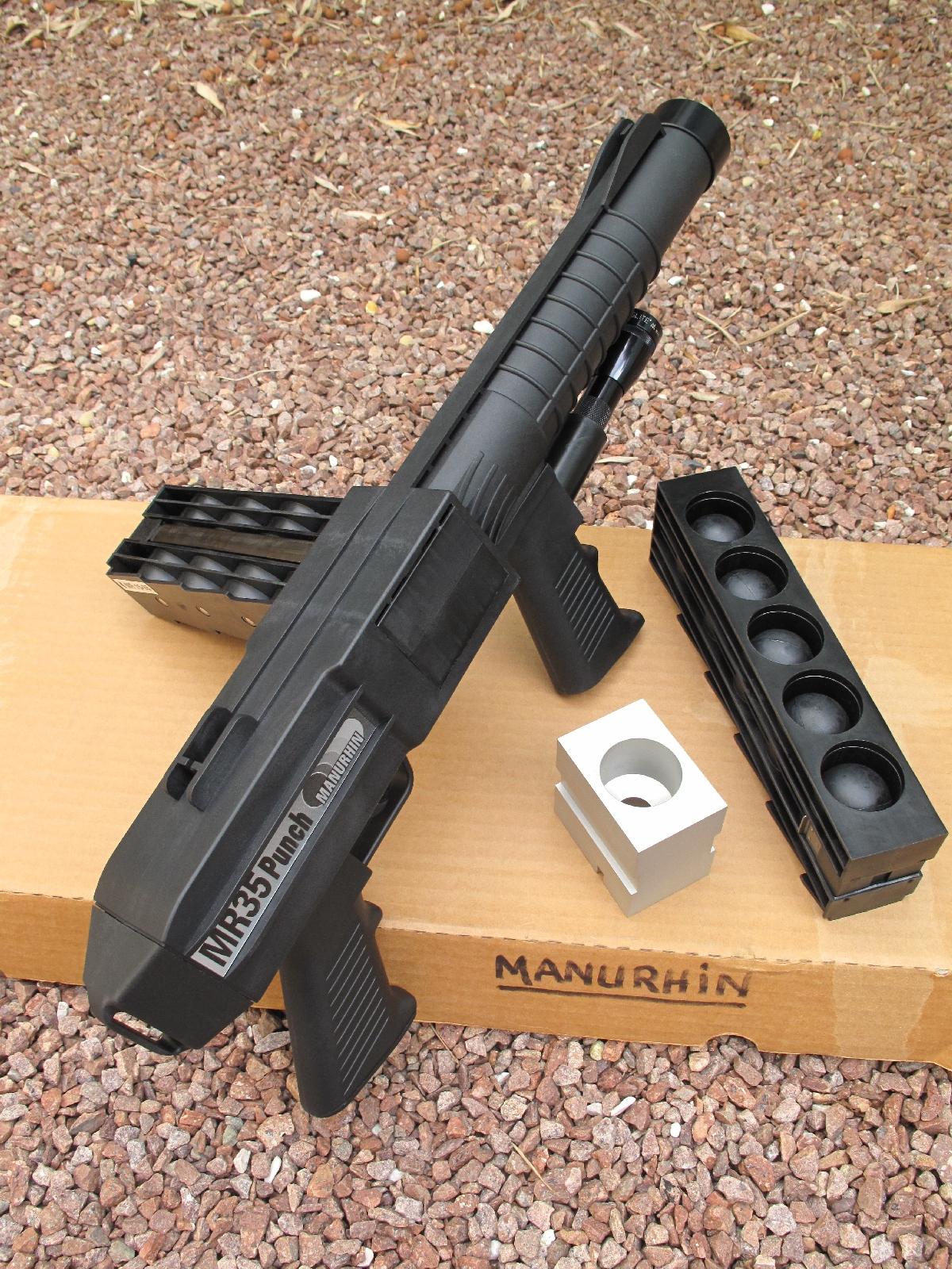 Le MR35 Punch se présente sous la forme d'un riot-gun compact, démuni de crosse d'épaule mais doté de deux poignées pistolet, qui fonctionne à répétition grâce à sa platine à double action et son chargeur « harmonica » d'une contenance de 5 coups.