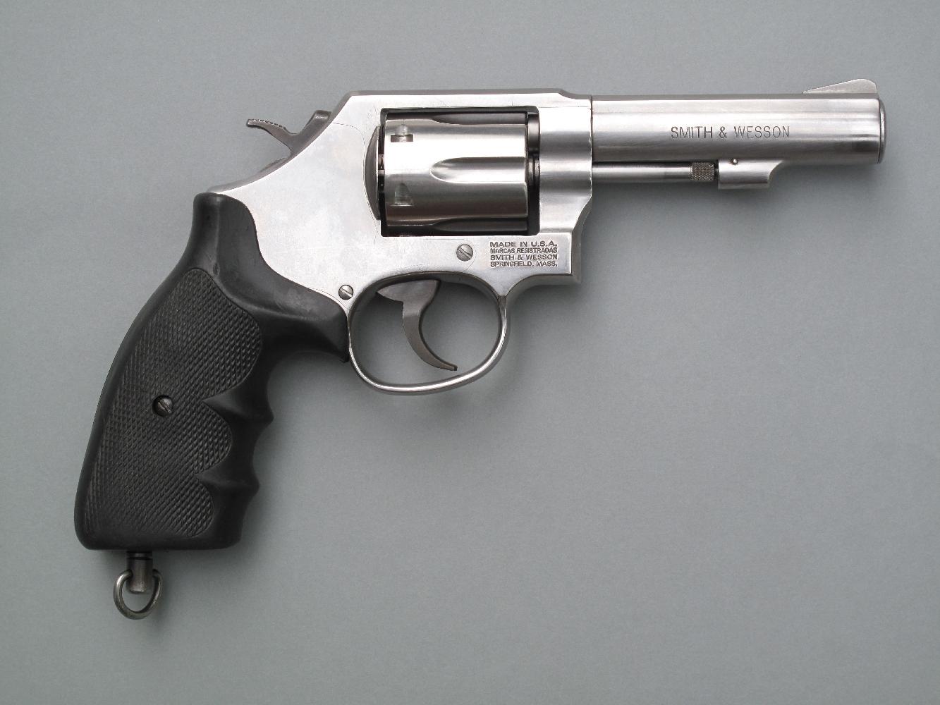 Le S&W 64 est un revolver de service à canon de quatre pouces dont la réalisation en acier inoxydable facilite les opérations de nettoyage et met l'arme à l'abri de la corrosion.