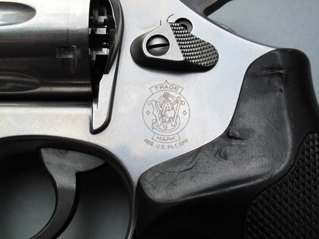Le célèbre logo, dont la firme américaine ne s'est jamais départie depuis ses très nombreuses années d'existence, est gravé sur le flanc gauche de la carcasse.