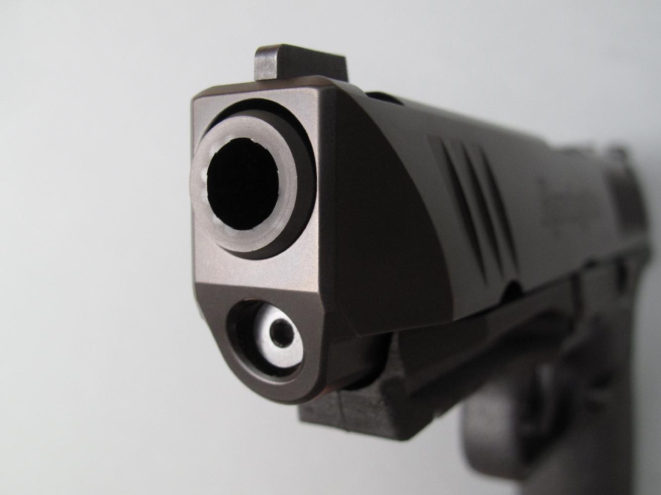 Sa culasse à glissière, fortement biseautée dans sa partie antérieure afin de faciliter son introduction dans un holster, procure à ce pistolet une allure très caractéristique.