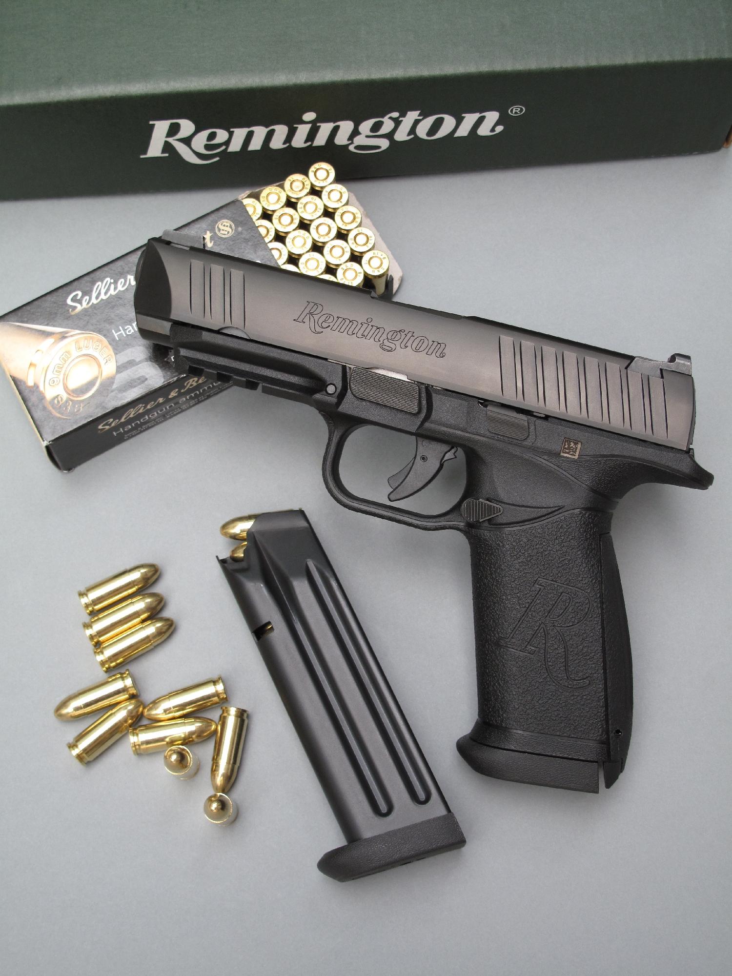 Le Remington RP9 est accompagné ici par son chargeur de secours et par une boîte de munitions Sellier & Bellot à balles blindées round nose de 124 grains.