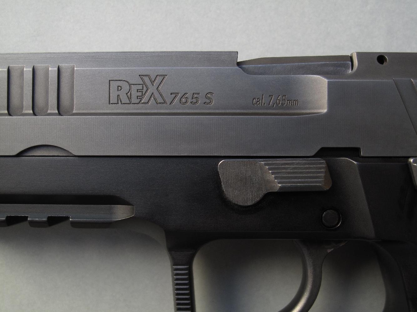 La dénomination du modèle, ainsi que l'indication de son calibre, sont profondément gravées sur le flanc gauche de la glissière.