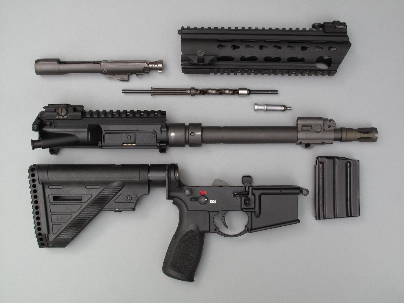 Le démontage sommaire de l'arme, pour effectuer les opérations courantes de nettoyage et lubrification, peut être réalisé très aisément et sans outil.