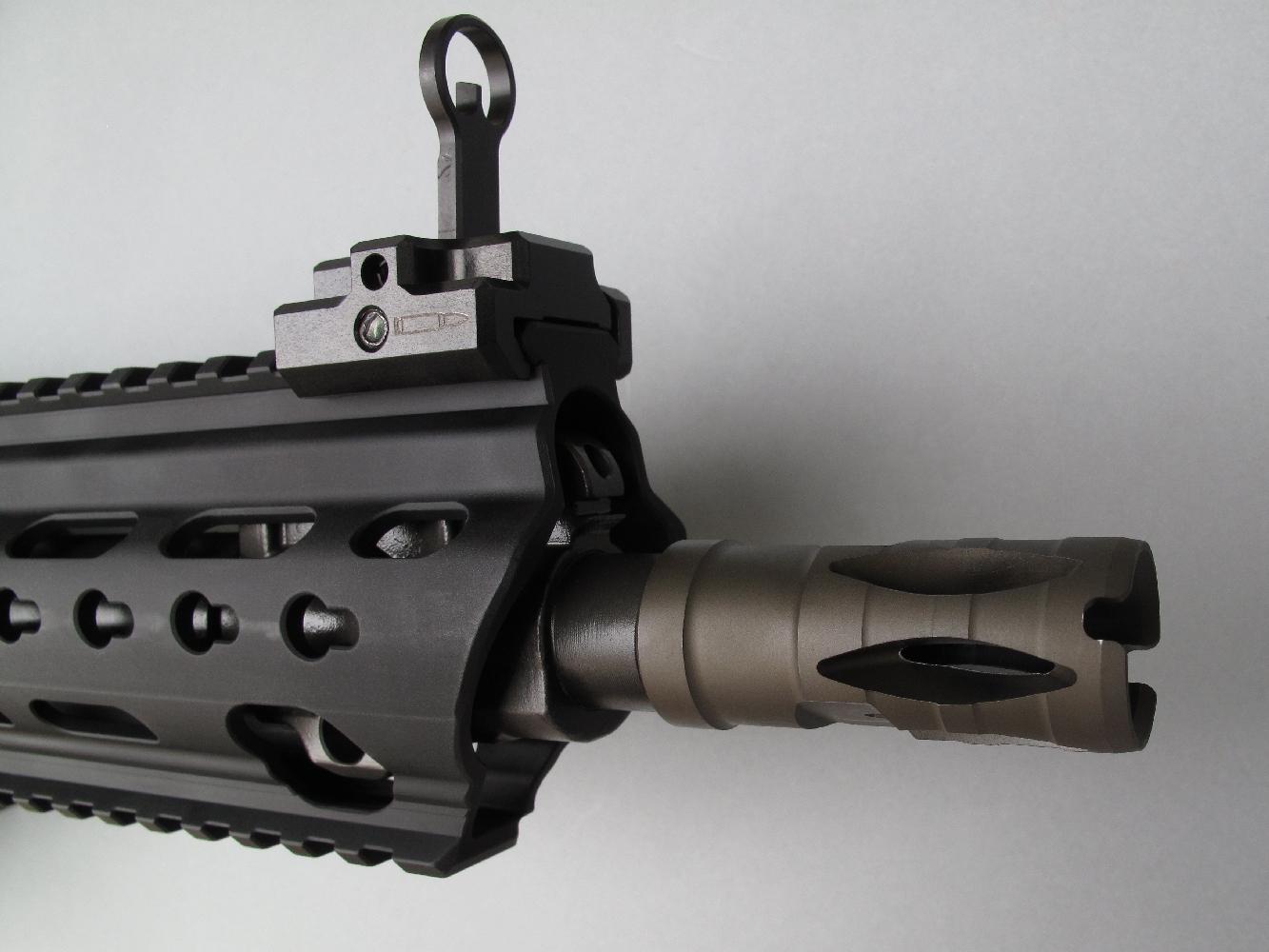 Cette arme est équipée d'un robuste cache flamme (Bird Cage) en acier, vissé à la bouche du canon.