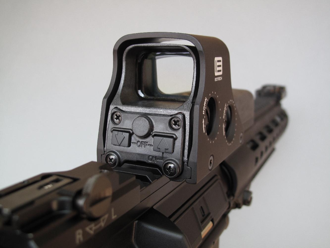 Nous avons équipé cette arme d'un viseur holographique Eotech 512 qui présente, en contrepartie de son encombrement non négligeable, d'indéniables qualités puisqu'il est muni d'un robuste blindage de protection et alimenté par des piles standard instantanément accessibles.