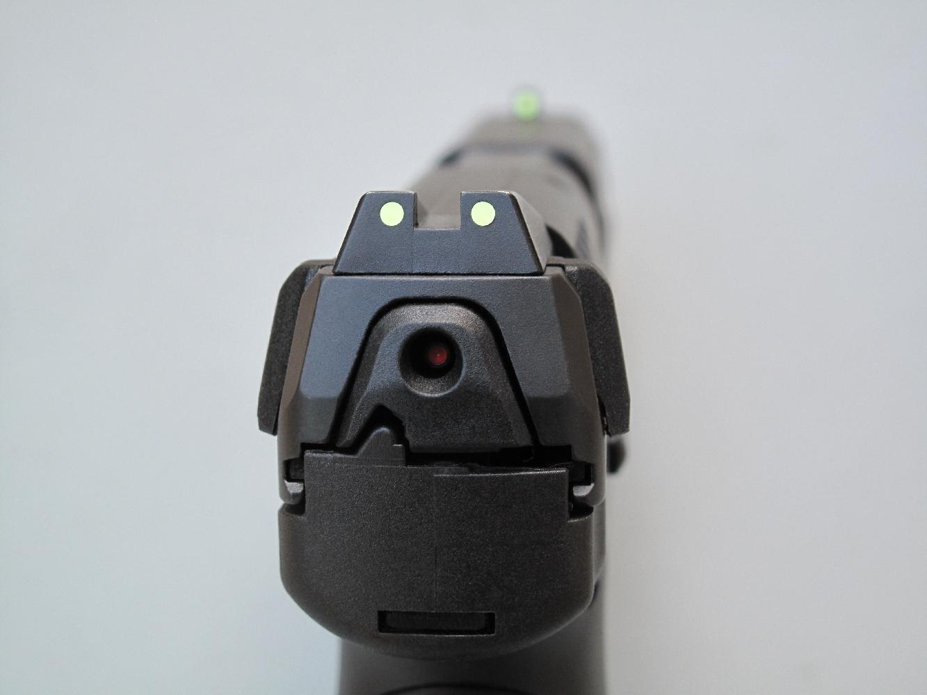 La hausse et le guidon, tous deux installés à queue d'aronde, bénéficient d'une aide à la visée par alignement de trois points luminescents qui restent visibles dans l'obscurité.